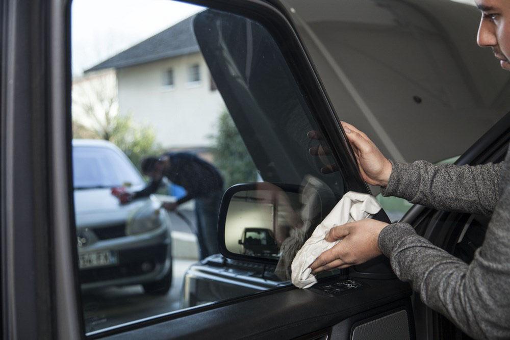 nettoyage à la main voiture, vitres